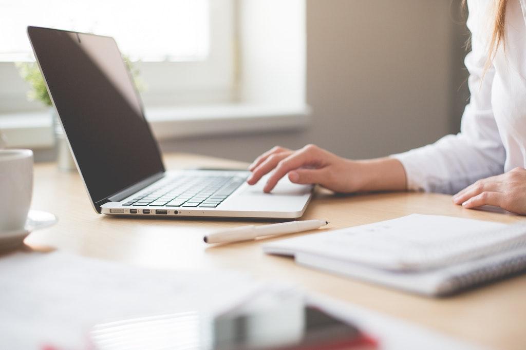 Computer-Laptop-online-working-business