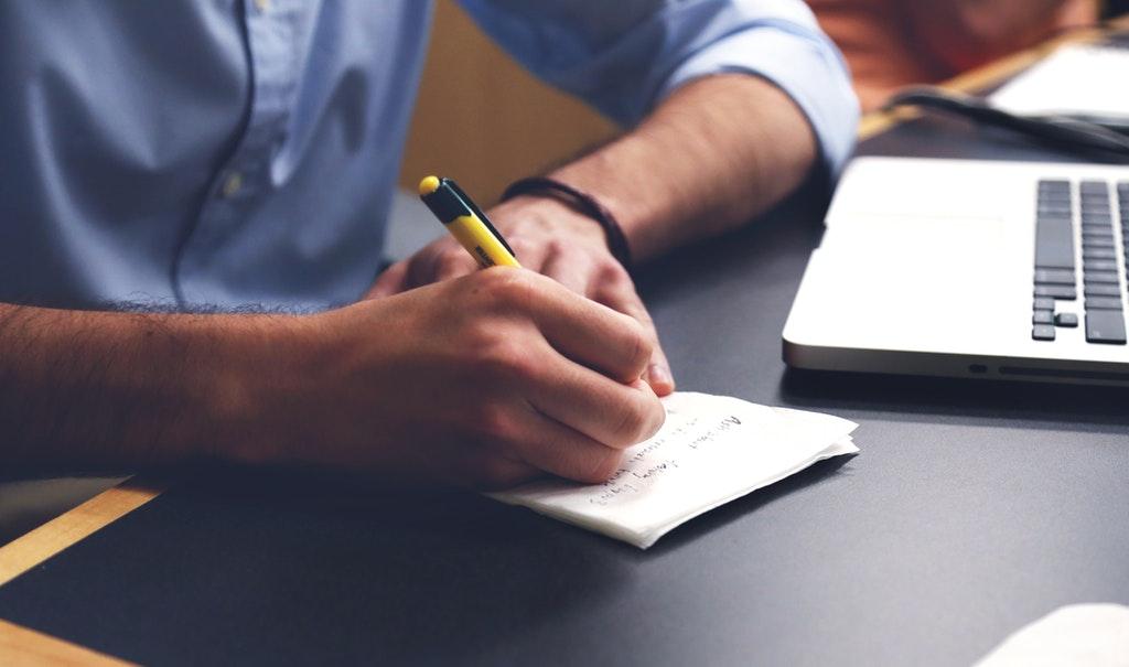 Lernen-schreiben-weiterbilden-Laptop-Computer-online-workshop