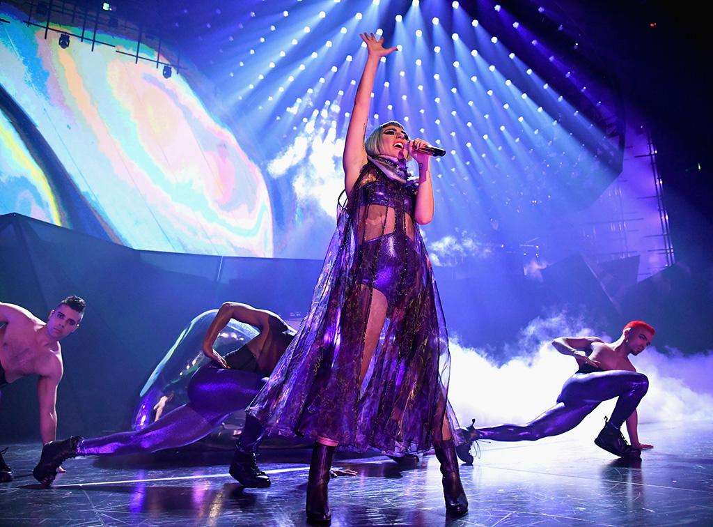 Lady Gaga auf der Bühne, im Hintergrund ein Tänzer