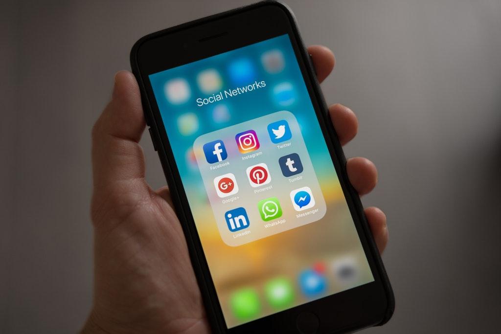 apple-smartphone-social-media