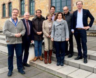 Arbeitstreffen des Wissenschaftlichen Beirats vom degefest in der Hochschule Osnabrück v.l.n.r. Jörn Raith (Vorsitzender degefest), Prof. Dr. Gernot Graeßner, Prof. Dr. Gernot Gehrke, Prof. Dr. Kim Werner, Prof. Dr. Lothar Winnen, Jutta Schneider-Raith (Geschäftsstellenleiterin), Prof. Dr. Harald Möbus und Prof. Dr. Dirk Hagen