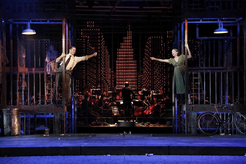 Bühnenbild der Inszenierung Street Scene in Köln