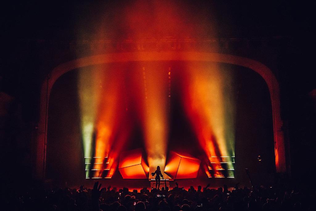 Bühne beim Auftritt von Charlie XCX