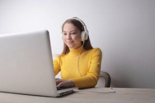 Frau-Laptop-PC-online-digital-virtuell