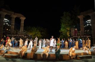 Bühne mit Ensemble und Licht