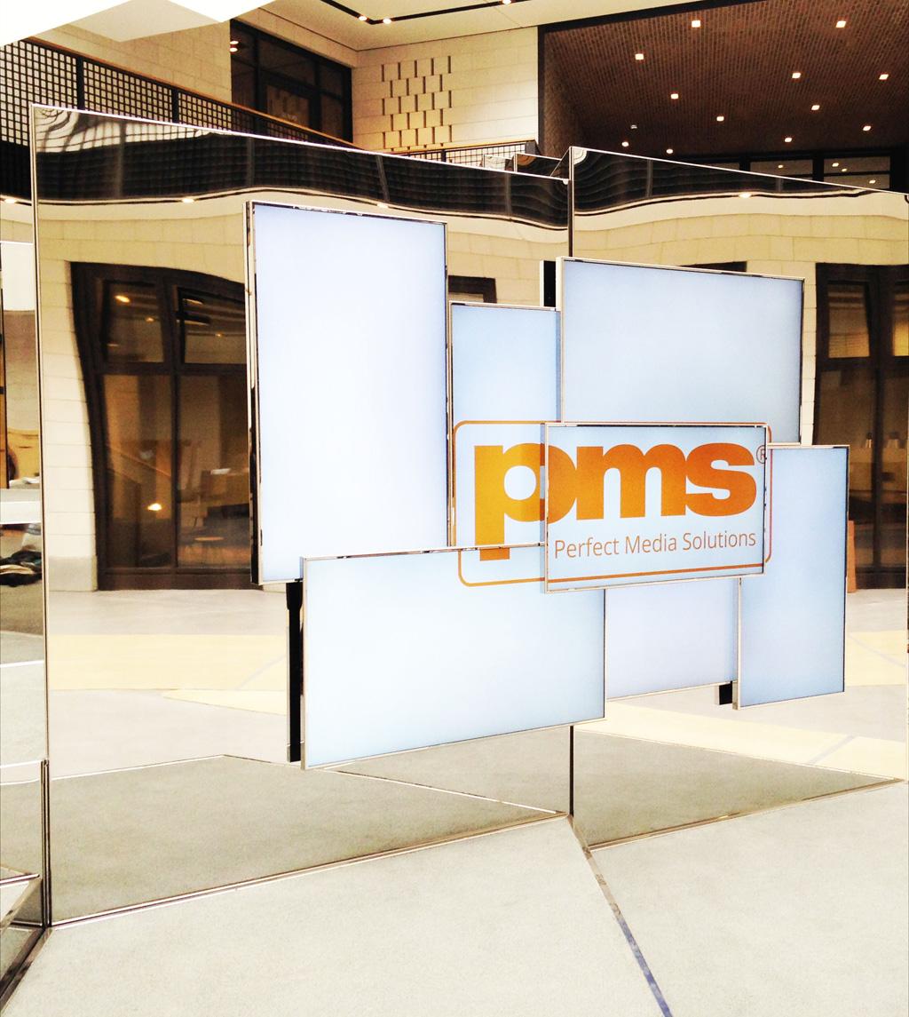 PMS-Logo auf Bildschirmen