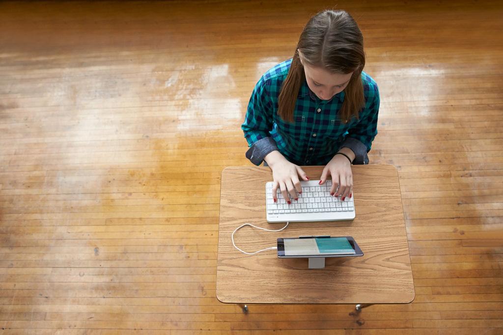 Kind vor einem Laptop