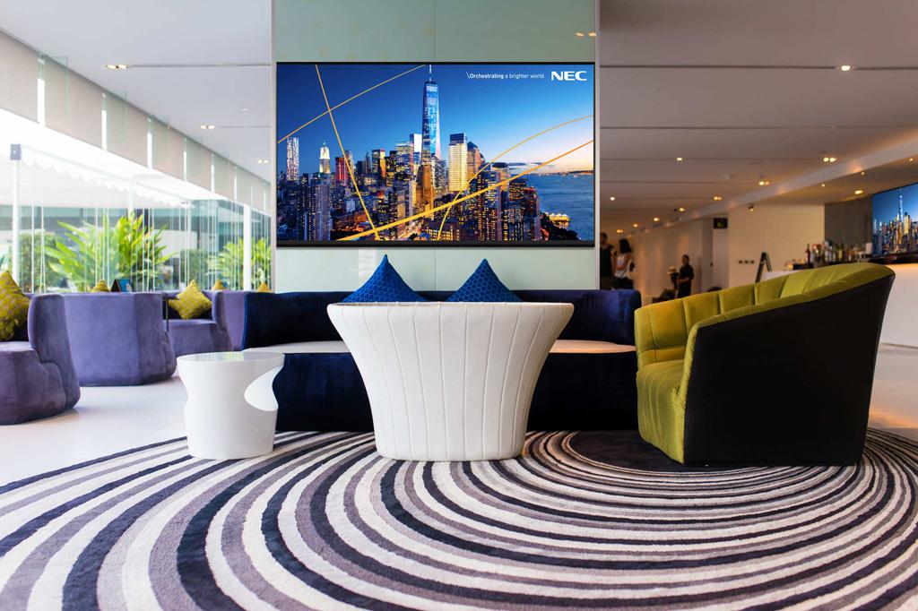 NEC-Display in einem Foyer