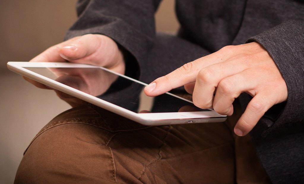 Ein Tablet wird bedient