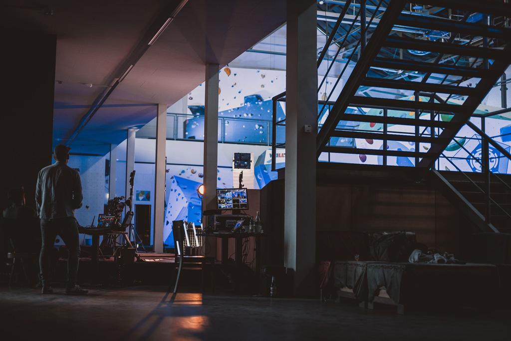 Beleuchtete Boulderhalle