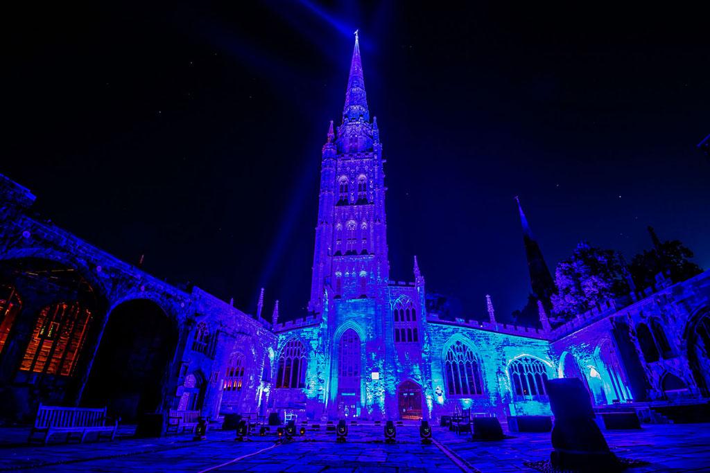 Blau beleuchtete St. Michael's Cathedral