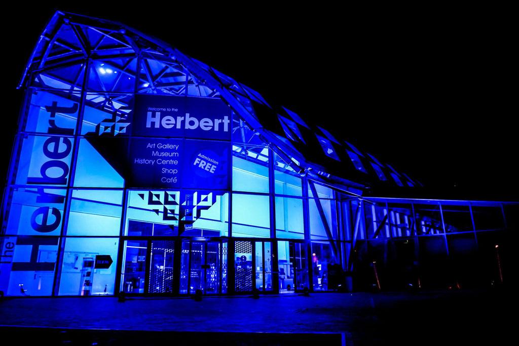 Blau beleuchtetes Herbert Museum