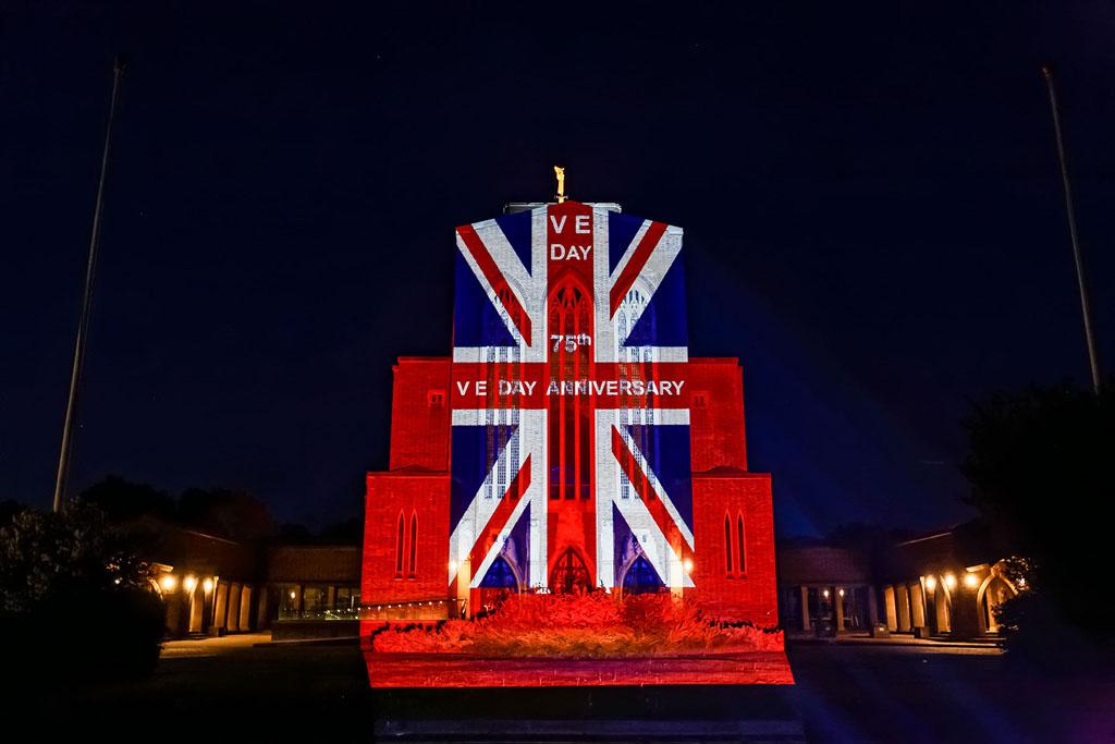 Guildford Cathedral mit projiziertem Union Jack