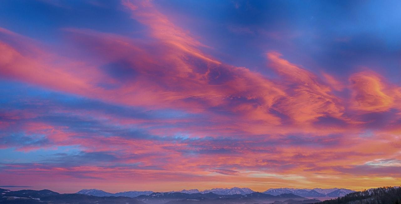 Sonnenuntergang-Himmel-Berge-Natur