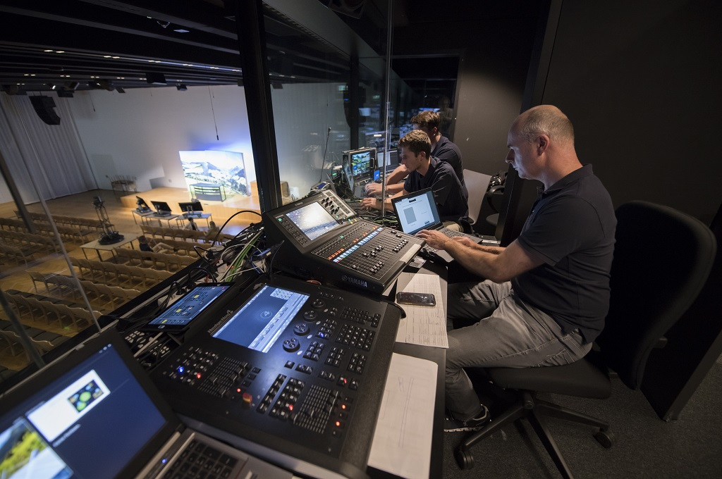 Live-streaming und interaktive Module binden die TeilnehmerInnen aktiv in die vor Ort Veranstaltung ein.