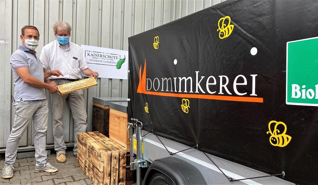 André Karpinski (links) nutzt jetzt Honig aus eigener Produktion