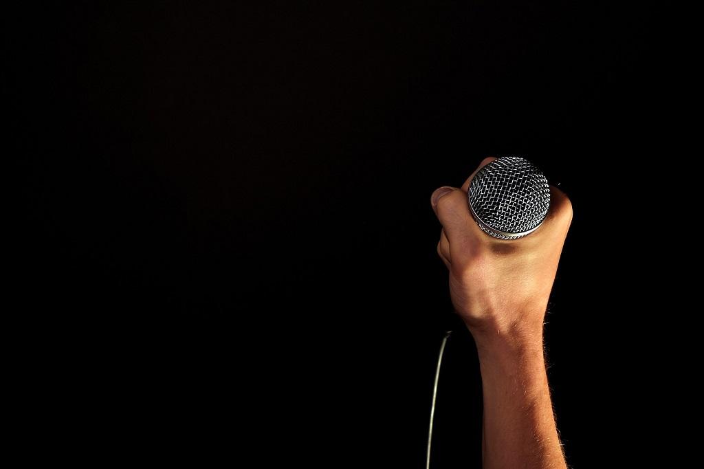 Mikrofon_schwarzer Hintergrund