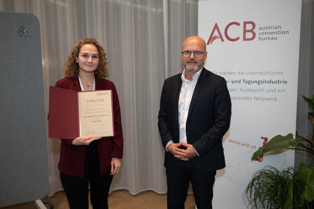 Belinda Vollmann, Absolventin der FHWien der Wirtschaftskammer Wien, mit ACB Präsident Gerhard Stübe bei der Verleihung zur Best Meeting Thesis Austria.