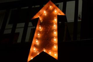 Pfeil-Schild-Lampe