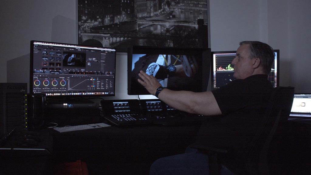 Blake Jones vor Bildschirmen
