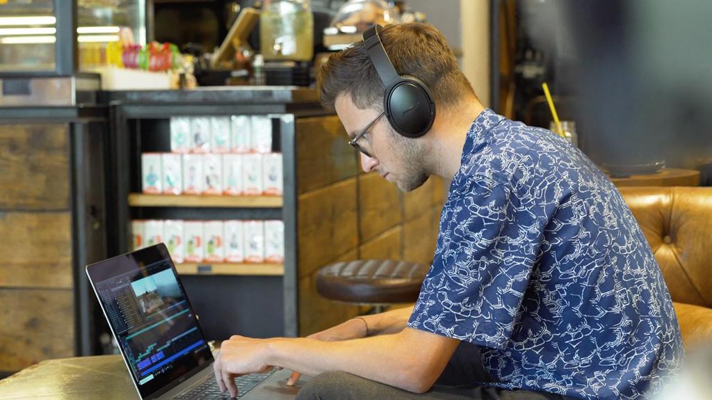 Mann schaut mit ungesunder Körperhaltung auf den Laptop