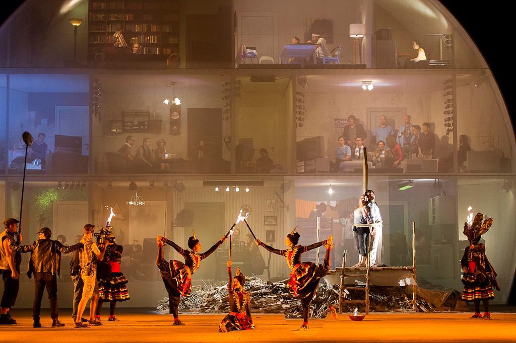 Beleuchtetes Bühnenbild der Genfer Oper