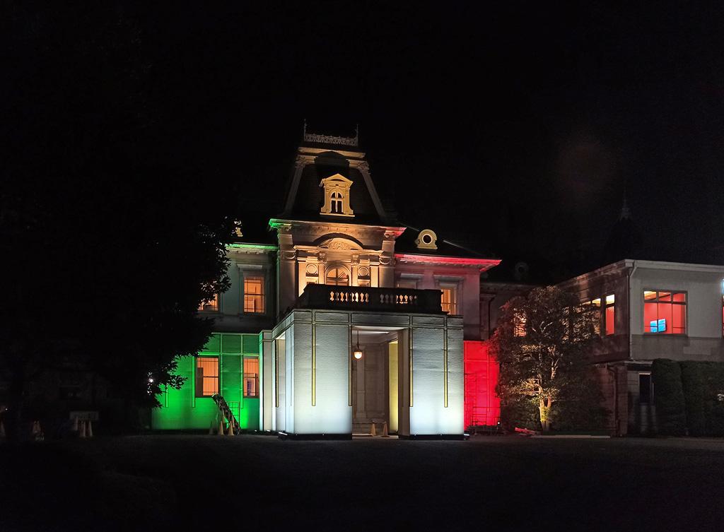 Ein Gebäude wird mit rot, weiß und grün angestrahlt