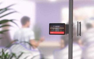 Touchscreen-Controller vor einem Büroraum