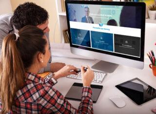 Mann und Frau sitzen vor einem Monitor