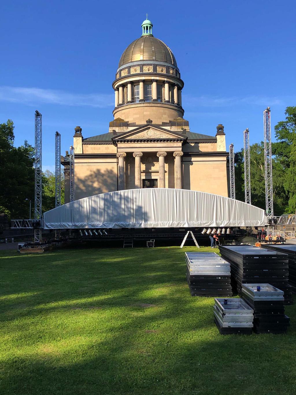 Aufbau einer Bühne in Dresden