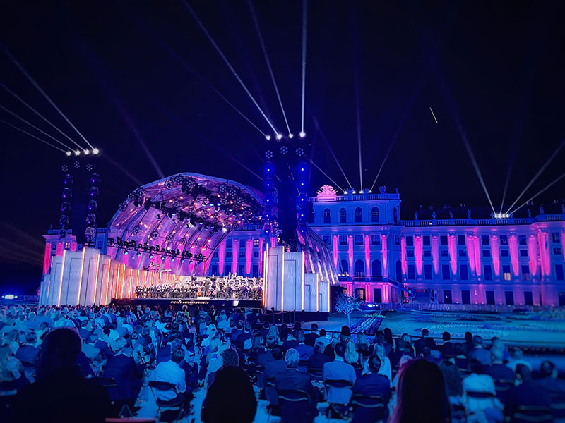 Beleuchtetes Schloss mit Musikbühne
