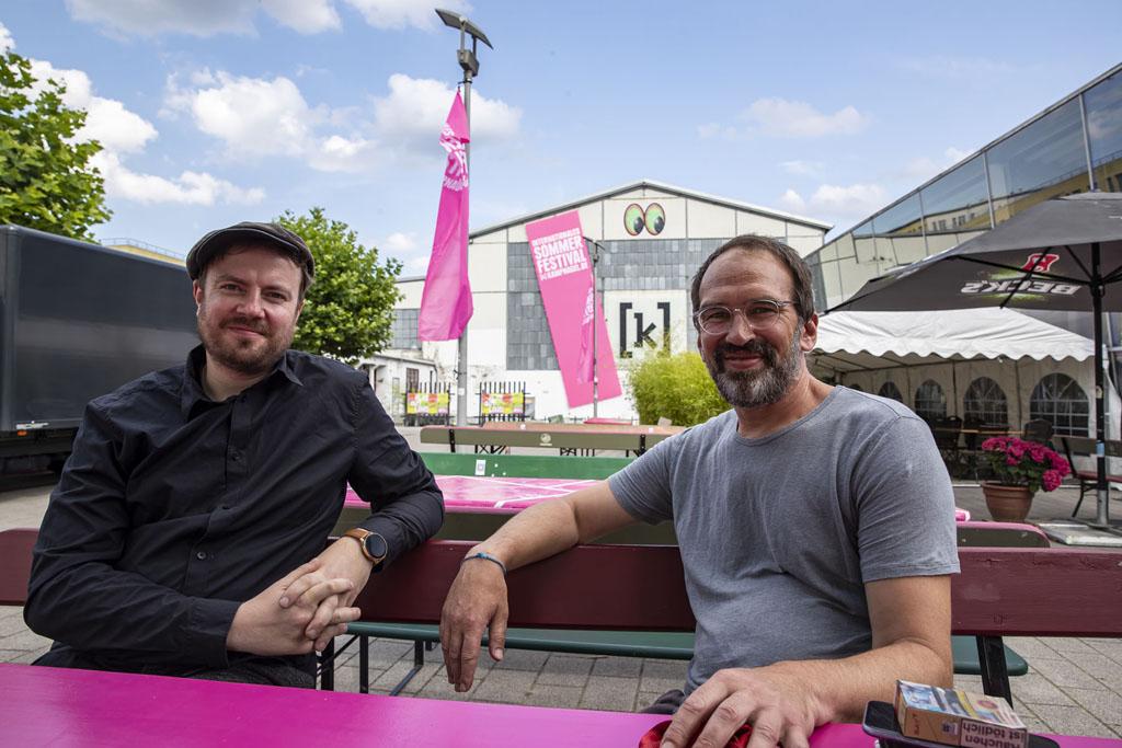 Zwei Männer sitzen an einem Tisch