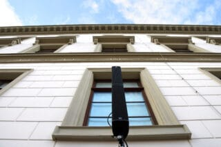 Säulenlautsprecher vor Fassade